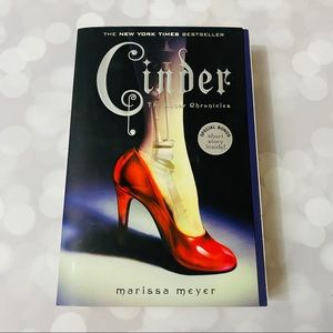 Cinder - Marissa Meyer Softcover Book